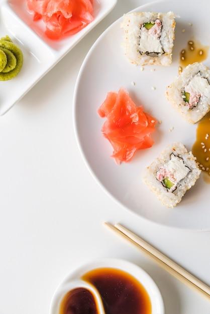 Prato de sushi com molho e wasabi Foto gratuita
