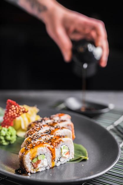 Prato de sushi no restaurante asiático Foto gratuita