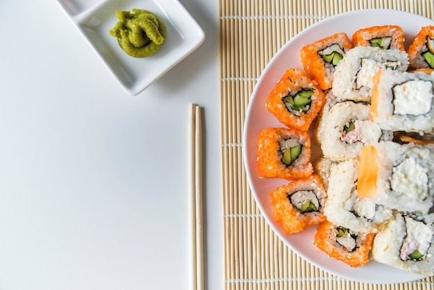 Prato de sushi vista superior com wasabi Foto gratuita