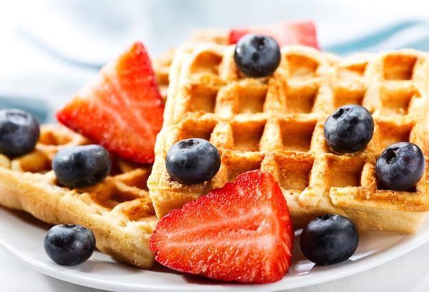 Prato de waffles com morango e mirtilo Foto Premium