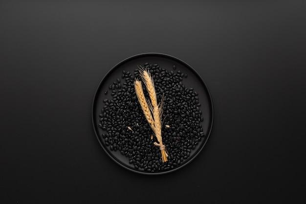 Prato escuro com feijão em um fundo escuro Foto gratuita
