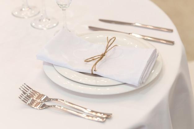 Prato, garfos, guardanapo e faca no restaurante Foto Premium