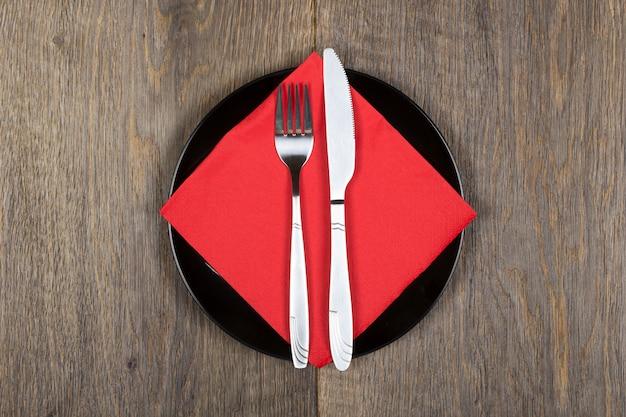 Prato, knfie e garfo em um guardanapo. Foto Premium