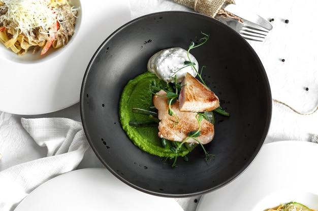 Prato preto de bife de atum. mesa branca Foto Premium