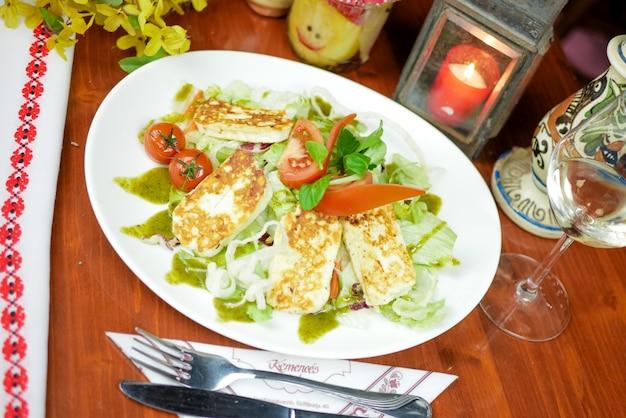 Prato principal em um restaurante Foto gratuita