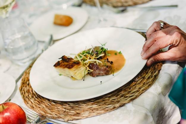 Prato principal servido em um restaurante de casamento Foto Premium