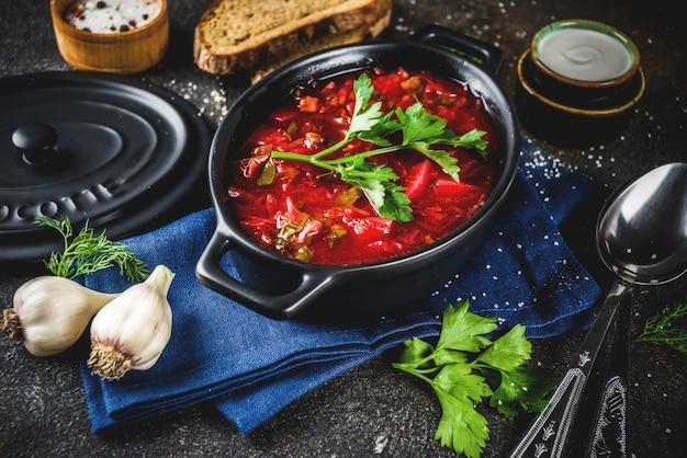 Prato quente tradicional ucraniano russo - sopa de beterraba Foto Premium