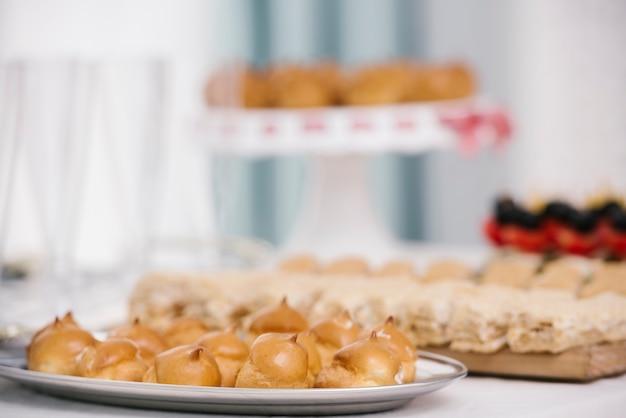 Prato saboroso com merengue inflamado Foto gratuita