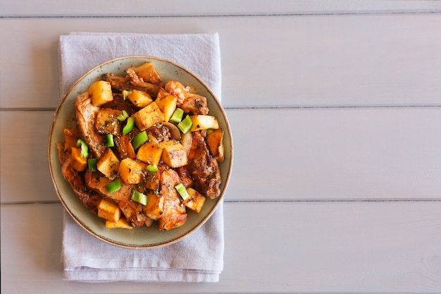 Prato tártaro asiático tradicional. batata cozida com carne de carneiro e legumes em cima da mesa Foto Premium