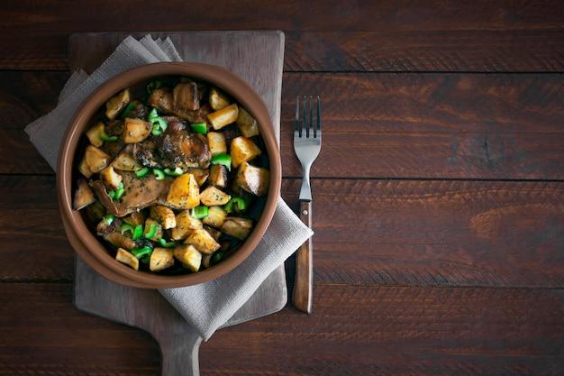Prato tártaro asiático tradicional. batata cozida com carne de carneiro e legumes Foto Premium