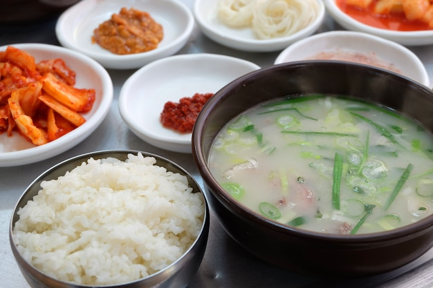 Prato tradicional coreano dwaeji-gukbap. Foto Premium