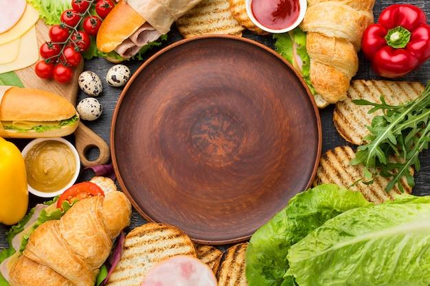 Prato vazio, cercado por sanduíches Foto gratuita