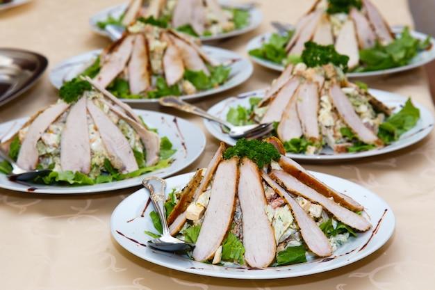Pratos de carne em uma mesa em um banquete Foto Premium