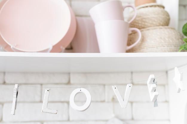 Pratos de close-up e decoração de cozinha na prateleira Foto gratuita