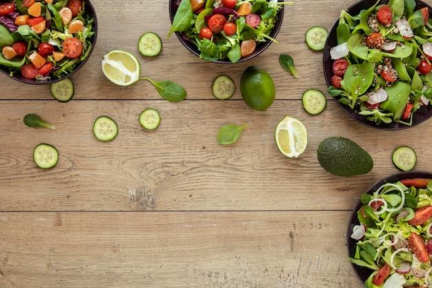 Pratos de cópia-espaço com salada Foto gratuita