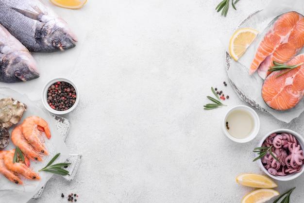 Pratos de deliciosos pratos de frutos do mar exóticos copiar espaço Foto Premium