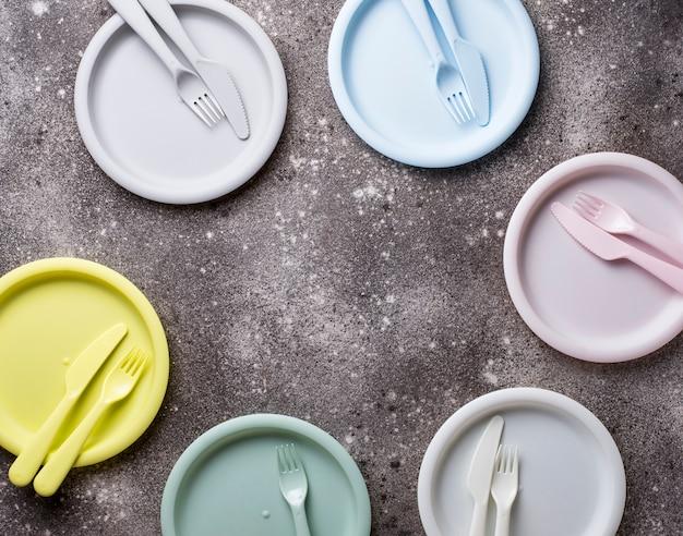 Pratos de plástico coloridos para piquenique de verão Foto Premium