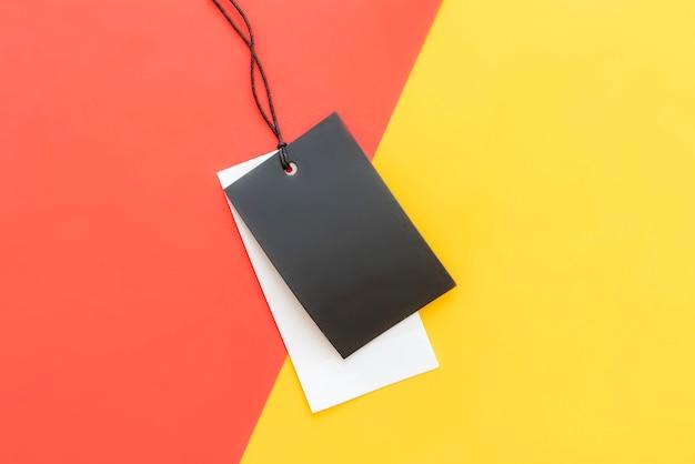 Preço de roupas isoladas com espaço de cópia no fundo vermelho amarelo e rosa cor. Foto Premium