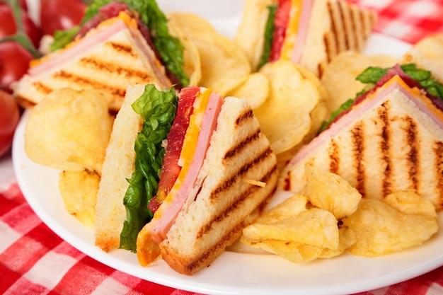 Preço / info adicionar à mesa de luz presunto, queijo, clube, sanduíche, fim, cima Foto gratuita