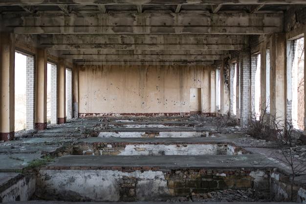 Prédio abandonado, eco da guerra. casa sem janelas e portas Foto Premium