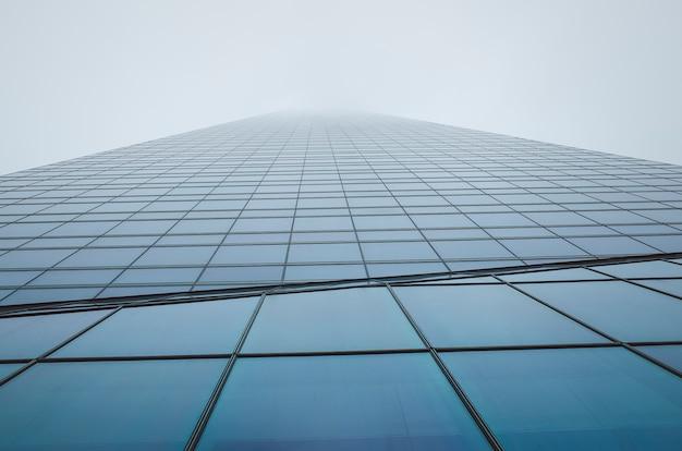 Prédio comercial. arranha-céu. exterior do edifício nublado Foto Premium