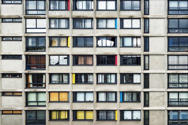 Prédio de apartamentos com pitadas de cor no meio da cidade Foto gratuita