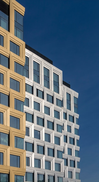 Prédio de escritórios de vários andares feito de vidro e metal. Foto Premium