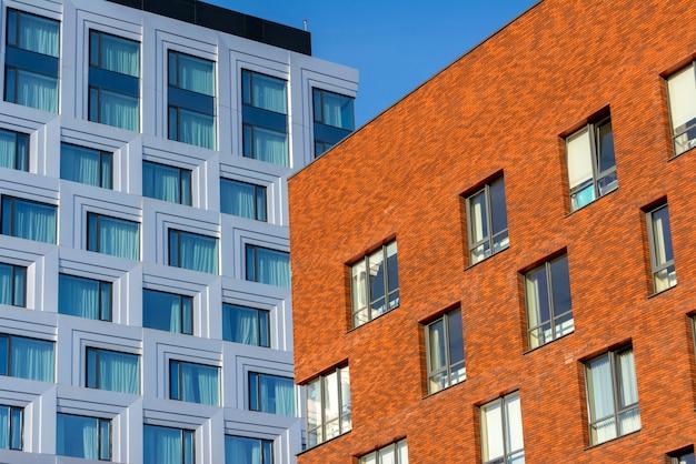 Prédio de escritórios do multi-andar feito do vidro e o prédio de escritórios do metal e do tijolo. Foto Premium