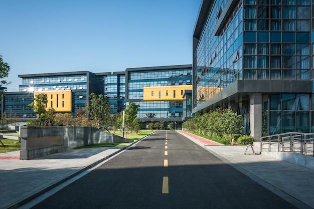 Prédios de apartamentos modernos em uma área residencial verde na cidade Foto Premium