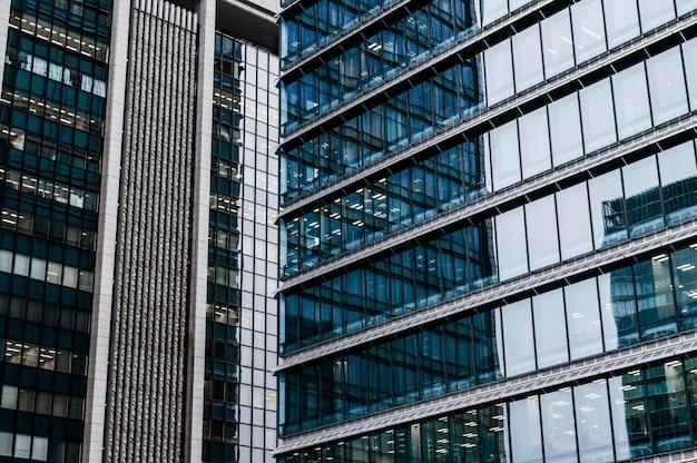 Prédios de escritórios de arquitetura moderna em close-up Foto gratuita