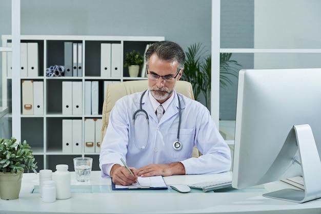 Preenchendo histórico médico Foto gratuita