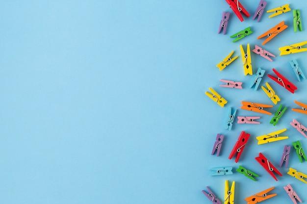 Pregadores de roupa de madeira pequenos no fundo de papel azul brilhante Foto Premium