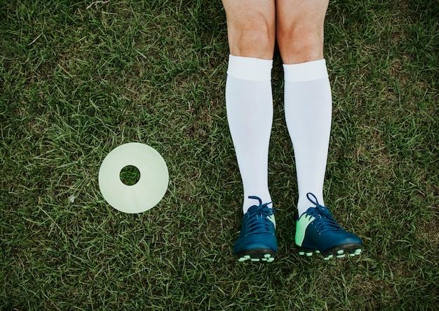 Pregos de cone e futebol de disco Foto gratuita