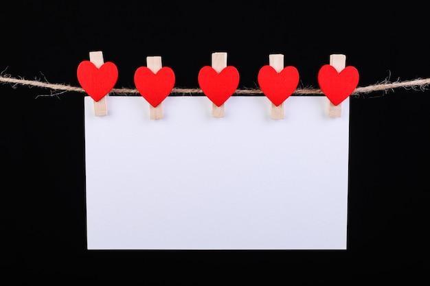 Prendedor de corações vermelhos na corda Foto Premium