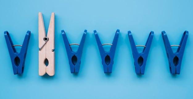Prendedores de roupa de plástico planos e um de madeira Foto gratuita