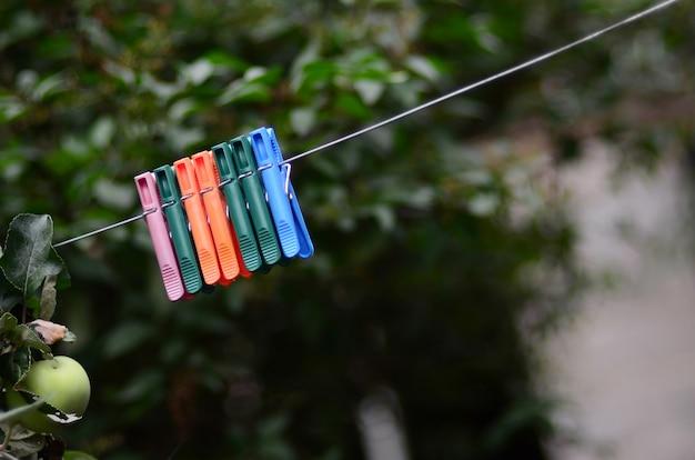 Prendedores de roupa em uma corda pendurada ao ar livre Foto Premium