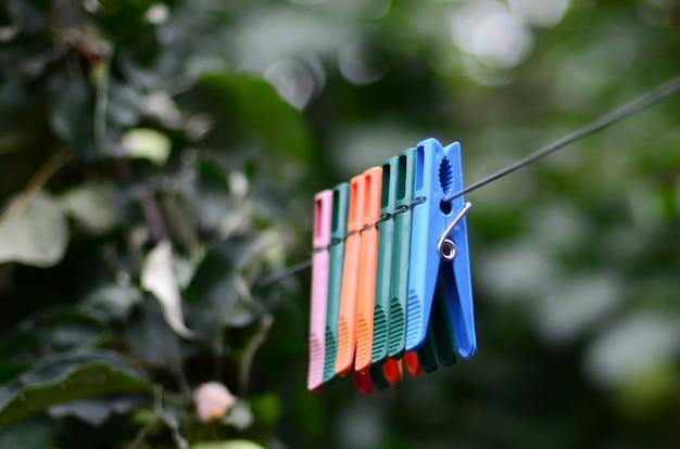 Prendedores de roupa em uma corda pendurada fora da casa e macieira Foto Premium