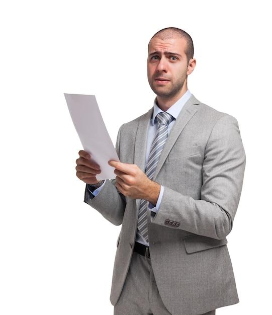 Preocupado empresário segurando um documento Foto Premium
