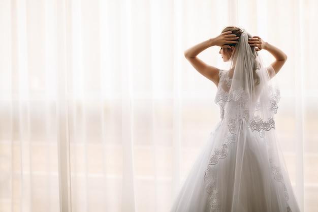 Preparação da manhã da noiva. vista traseira Foto Premium