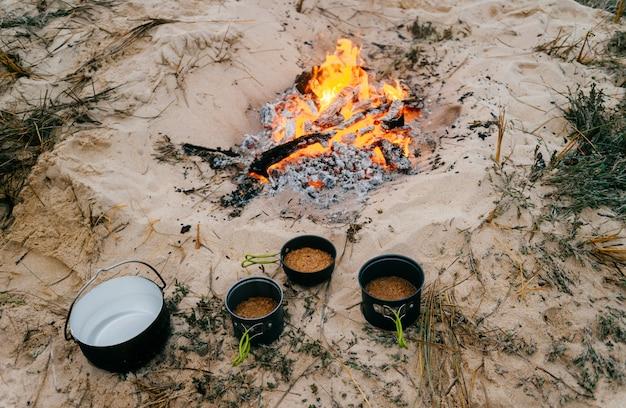 Preparação de alimentos em viagem de acampamento. Foto Premium