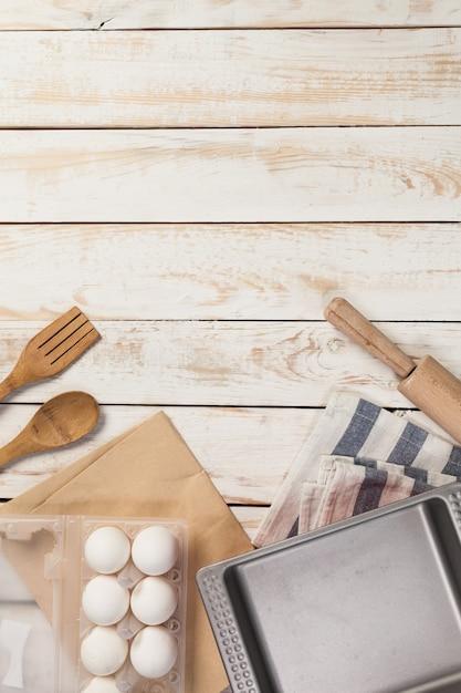 Preparação de cozimento, vista superior de uma variedade de utensílios de cozimento e ingredientes Foto Premium