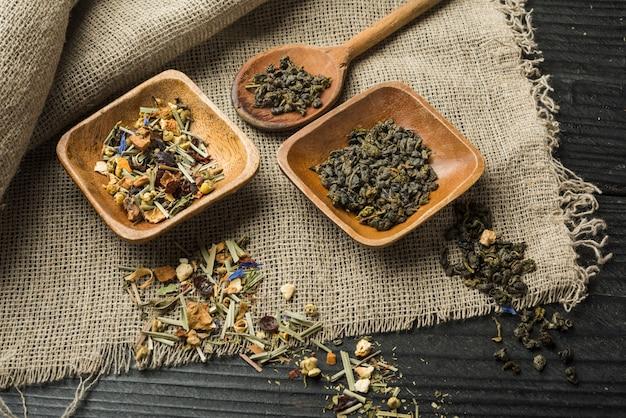 Preparado delicioso chá de ervas no cenário de madeira Foto gratuita
