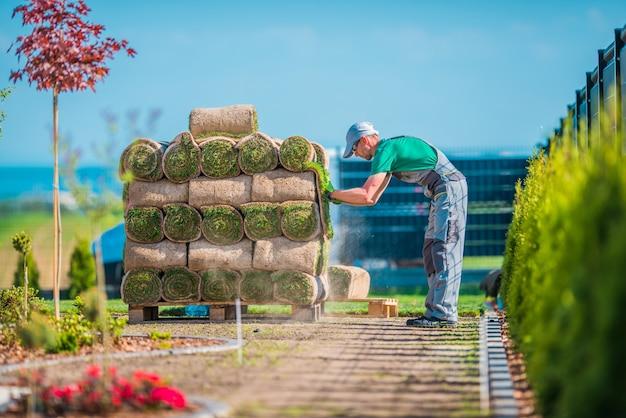 Preparando a instalação da grama Foto gratuita