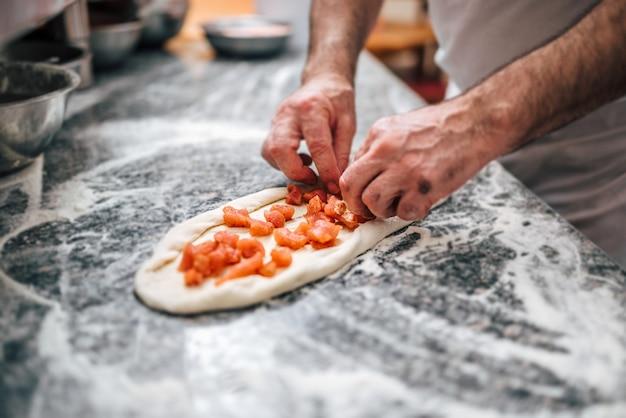 Preparando deliciosa pizza macedônia. torta de carne especialidade macedônia pastrmajlija. Foto Premium
