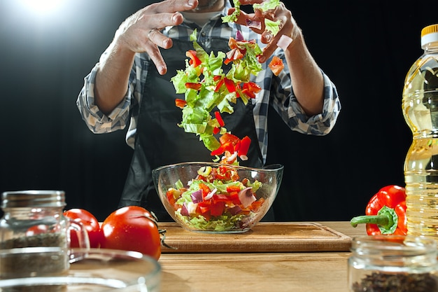 Preparando salada. chef feminino corte de legumes frescos. Foto gratuita