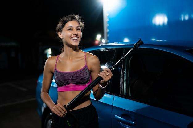 Preparando-se para a limpeza do carro em um lava-rápido. lavagem de carros de alta pressão. Foto gratuita