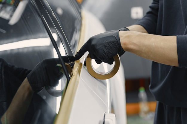 Preparando um carro antes de pintar com spray Foto gratuita