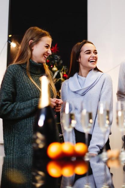 Preparativos de natal e ano novo. companhia de jovens atraentes felizes comemoram Foto gratuita