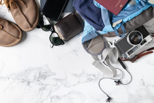 Prepare acessórios de mochila e itens de viagem Foto Premium