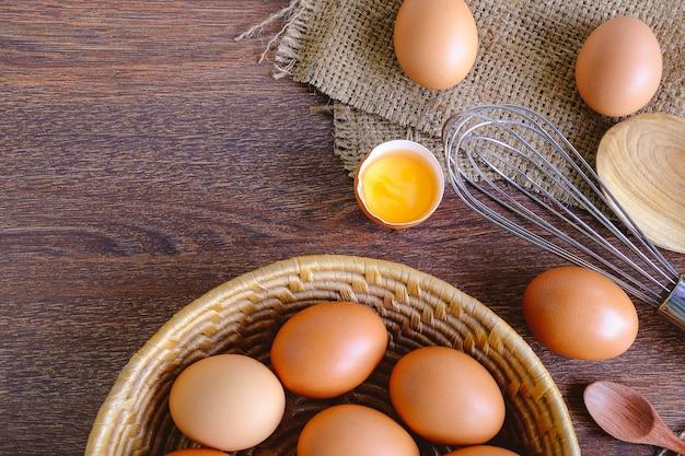 Prepare ovos crus para cozinhar. Foto Premium